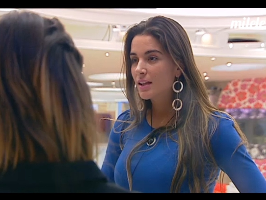 Laisa conversa com participantes do