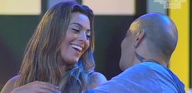 Monique elogia atitude de Jonas de beijá-la durante show do Jota Quest (8/3/12)
