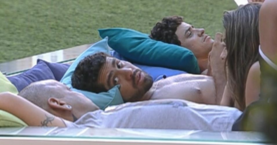 Yuri (centro) diz para João Carvalho (esq.) e Monique que sair da casa o deixou desequilibrado (8/3/12)