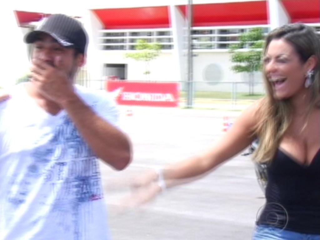 Ao saber que ganhou uma moto, Yuri fica surpreso e Monique feliz pelo brother (7/3/12)