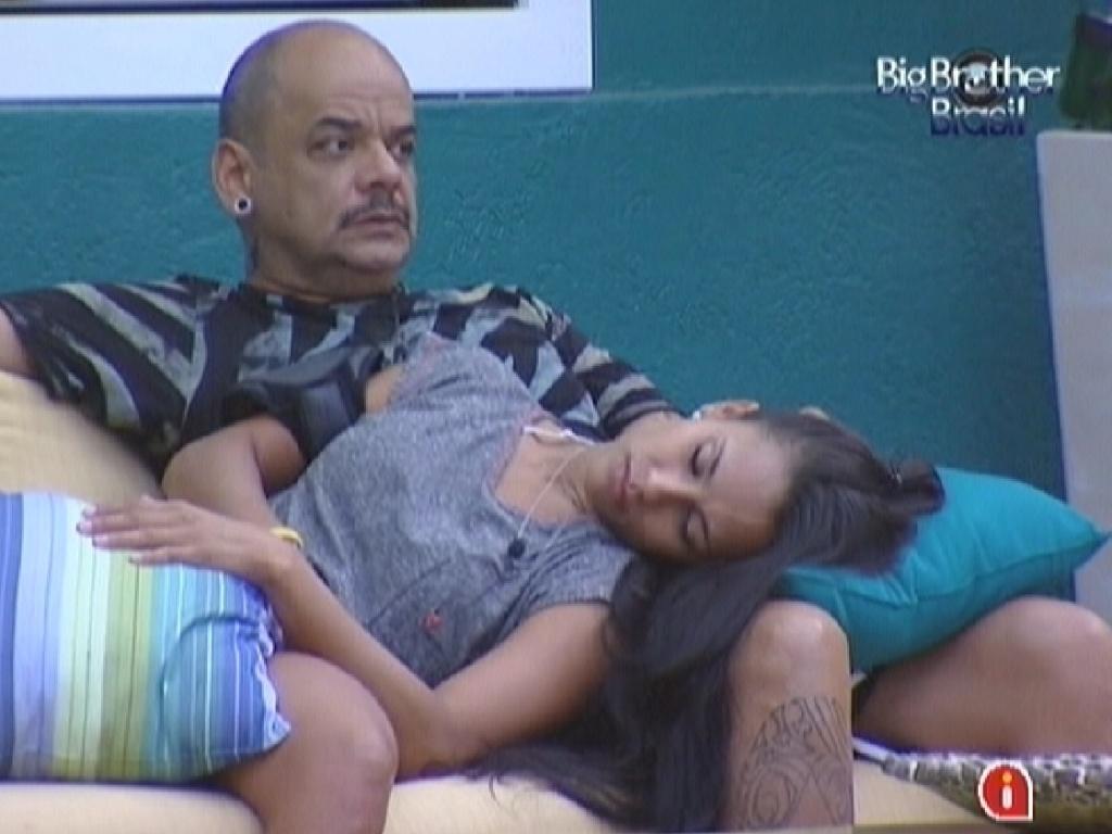 Depois do almoço, Kelly descansa no colo de João Carvalho (9/3/12)
