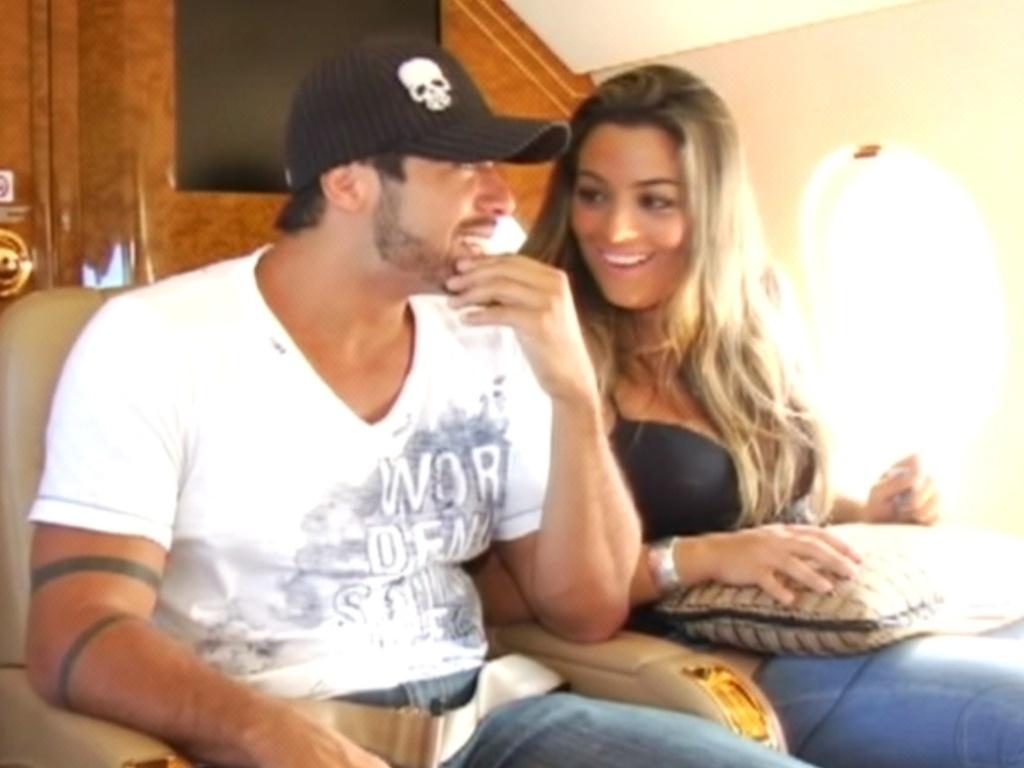 Empolgados, Monique e Yuri aguardam decolagem do avião para Recife, no Centro de Treinamento da Honda (7/3/12)