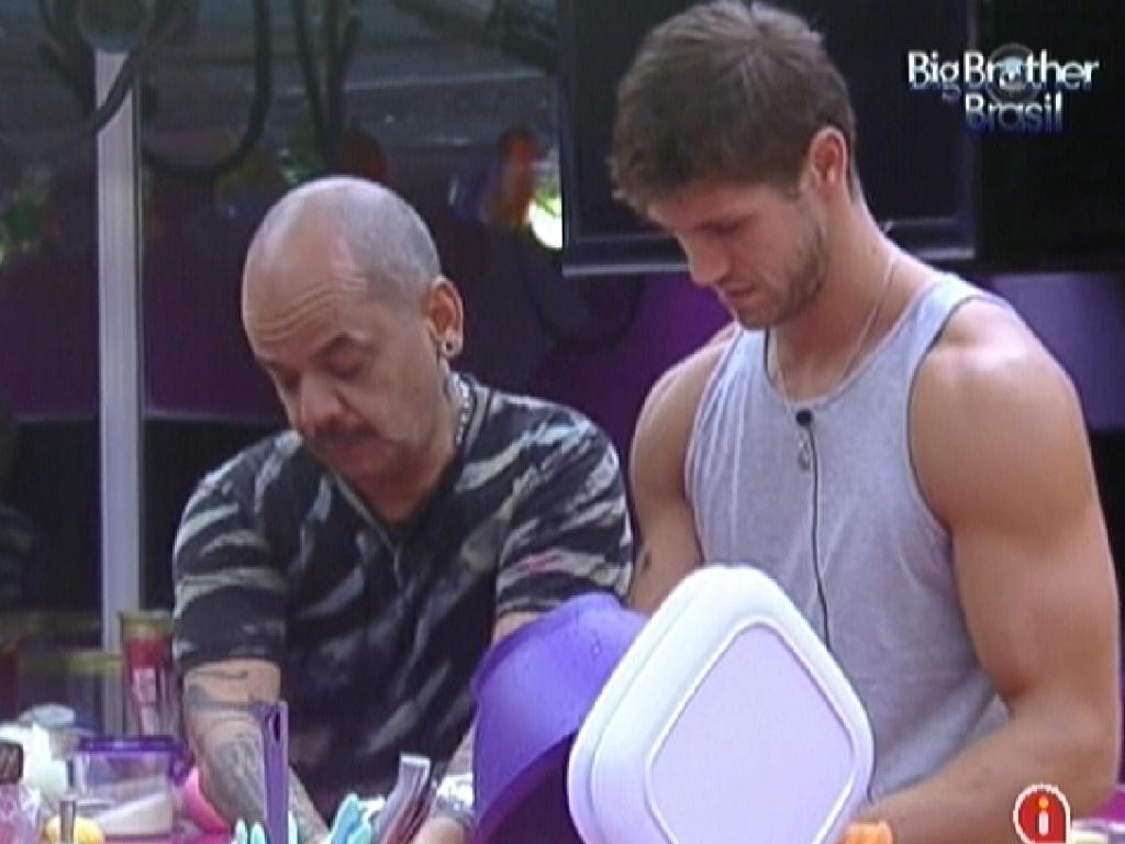 João Carvalho (esq.) e Jonas (dir.) preparam o almoço na cozinha enquanto falam sobre a votação (9/3/12)