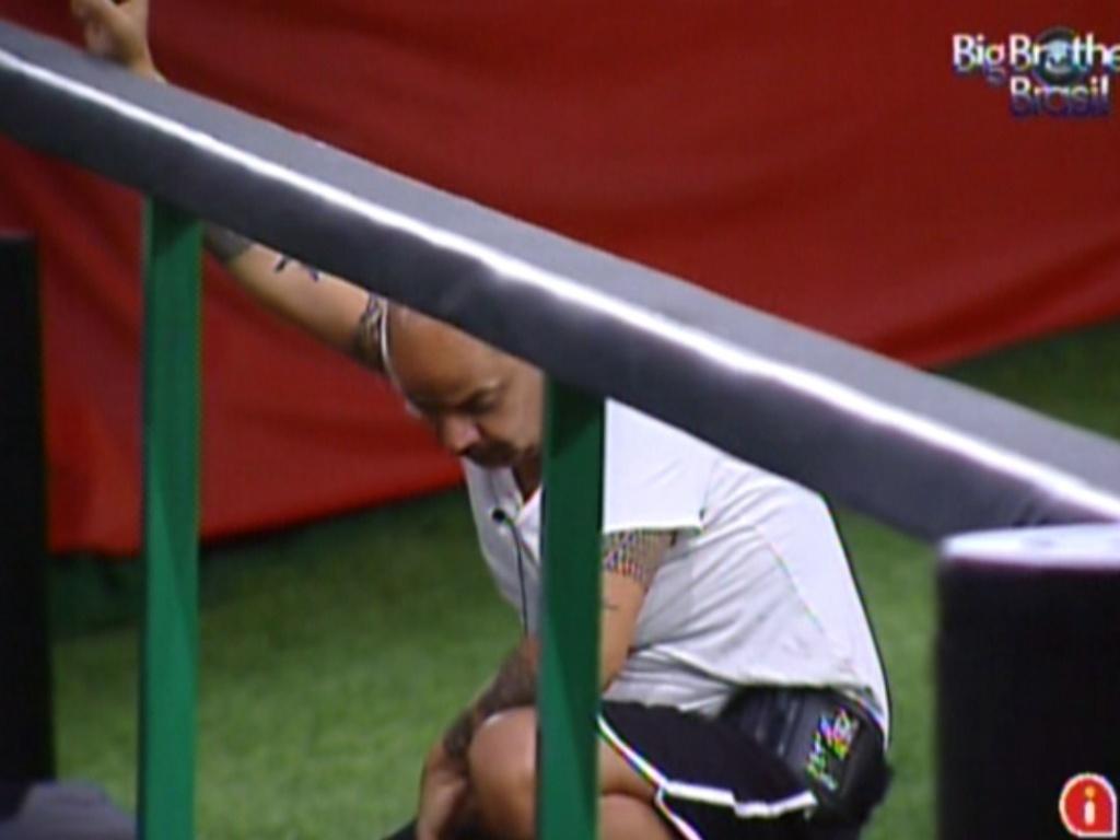João Carvalho se desequilibra e cai da trave na prova do líder (9/3/12)