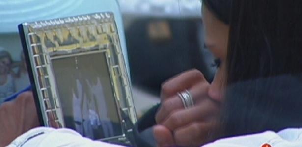 Kelly chora ao ver foto dos familiares e amigos no quarto do líder (9/3/12)