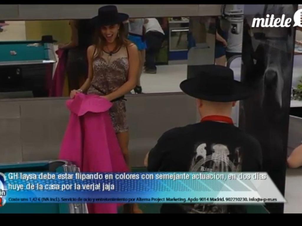Laisa usa roupas típicas espanholas durante festa (9/3/12)