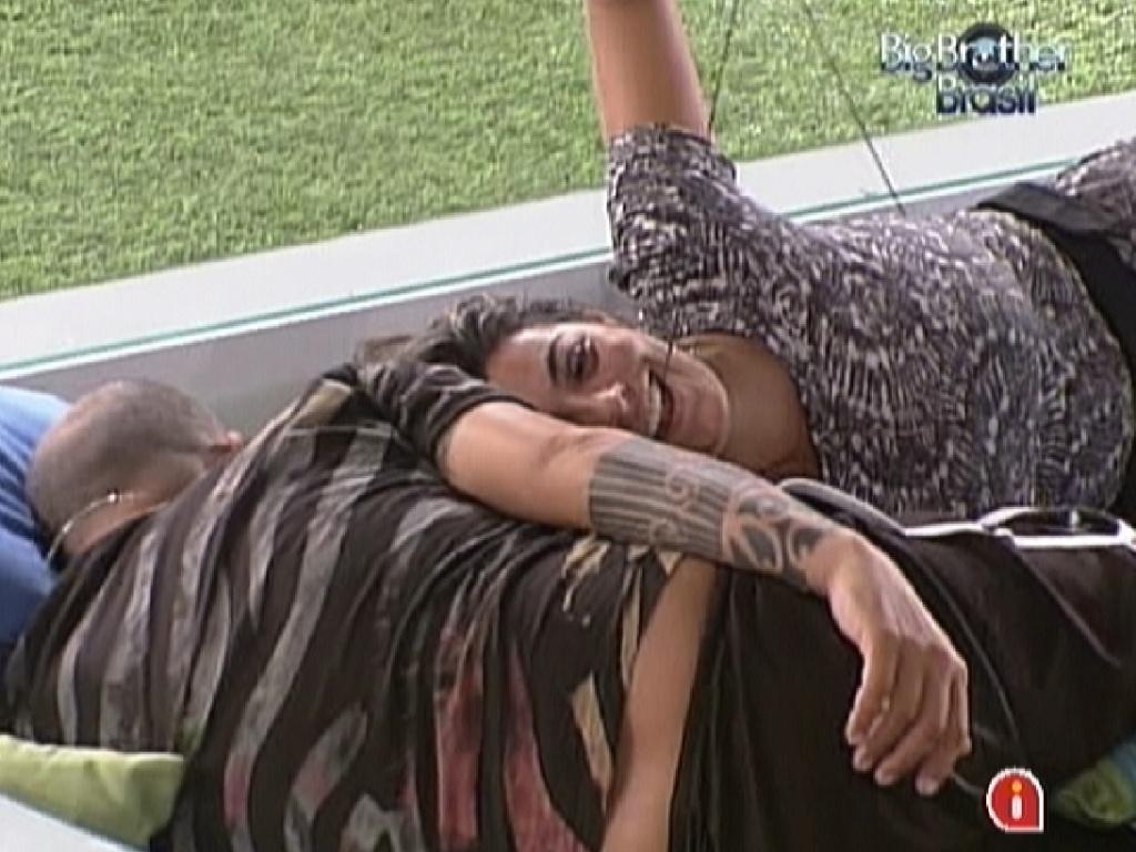 Monique diz para João Carvalho que está se sentindo fracassada por ter desistido cedo da prova do líder (9/3/12)