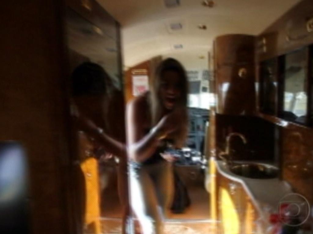 Monique fica deslumbrada com o interior do jatinho, que levará ela e Yuri para Recife (7/3/12)