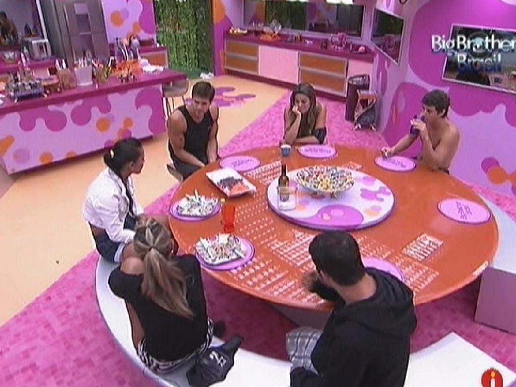 Participantes comem juntos e comentam prova do líder (9/3/12)