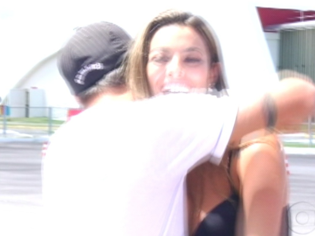 Yuri agradece Monique pela oportunidade de conhecer o Centro de Treinamento da Honda e por ganhar uma moto igual a dela (7/3/12)