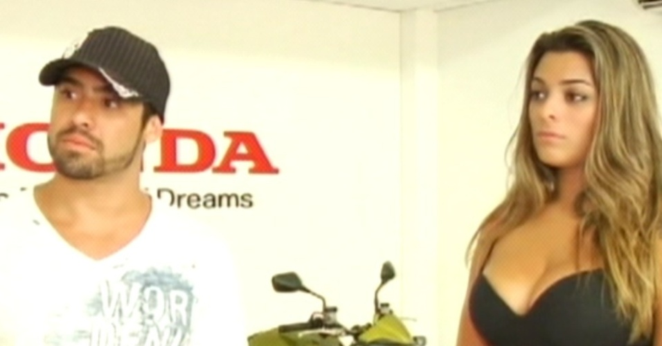Yuri e Monique conhecem o Centro de Treinamento da Honda em Recife e recebem informações das motos (7/3/12)
