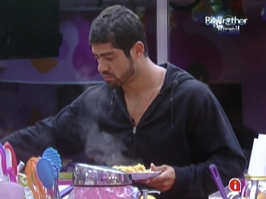 Yuri faz seu prato para alomoçar nesta sexta-feira (9/3/12)