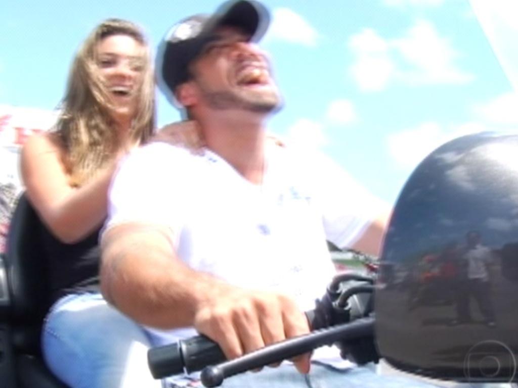 Yuri leva Monique na garupa da moto e os brothers se divertem dando voltas no Centro de Treinamento da Honda, em Recife (7/3/12)