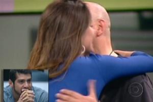 "Yuri olha imagens de Laisa cumprimentando Juan, participante do ""Gran Hermano"" espanhol (9/3/12)"