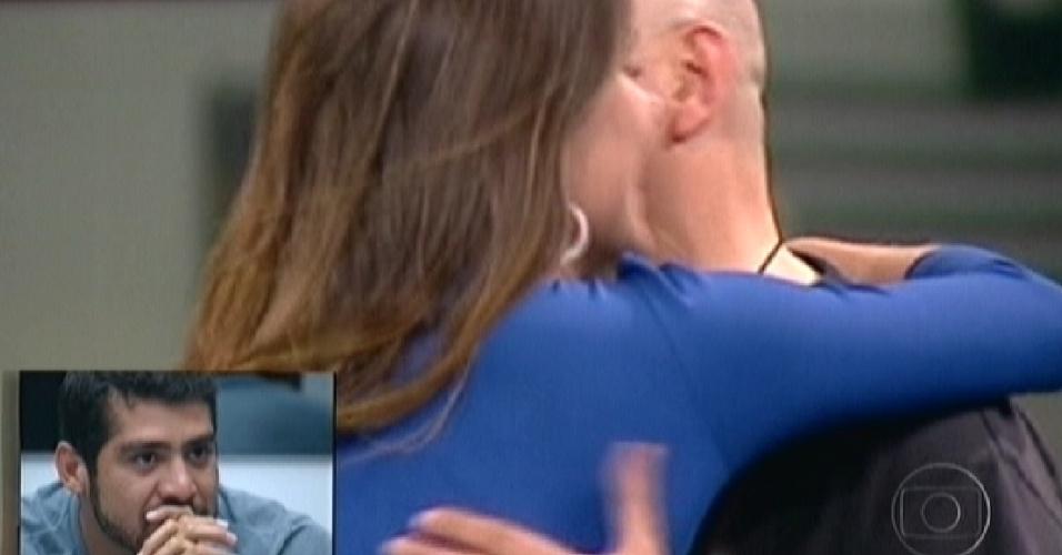 Yuri olha imagens de Laisa cumprimentando Juan, participante do