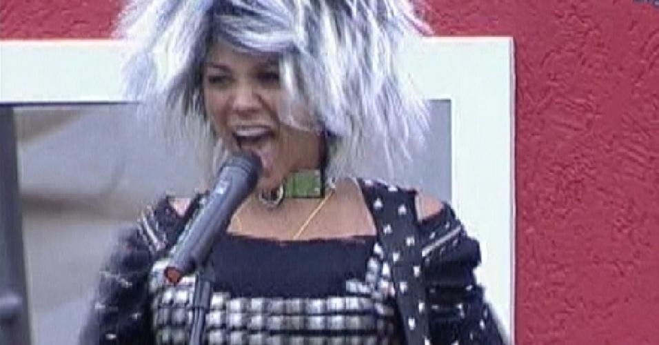 Com peruca e roupa preta, Fabiana canta e cumpre o castigo do monstro (10/3/12)