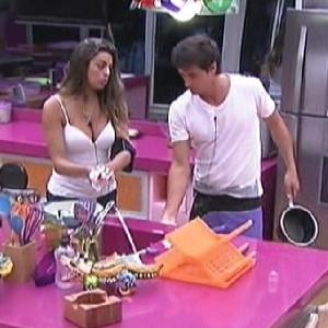"""Enquanto limpam a cozinha, Monique e Fael conversam sobre Laisa no """"Big Brother"""" espanhol (10/3/12)"""