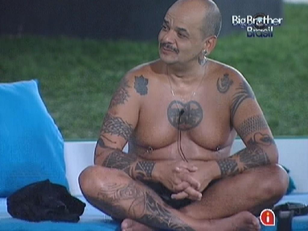 João Carvalho conversa com os brothers na varanda (10/3/12)