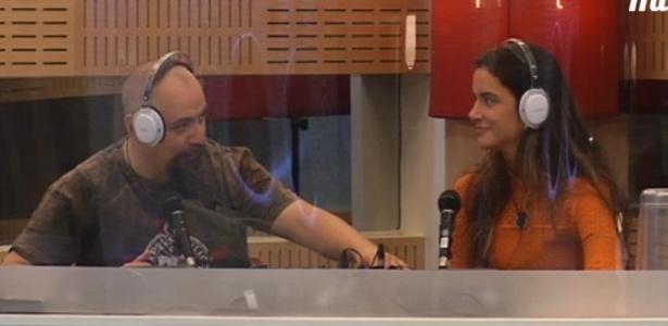 """Laisa e Juan brincam de radialistas no """"Gran Hermano"""" (10/3/12)"""