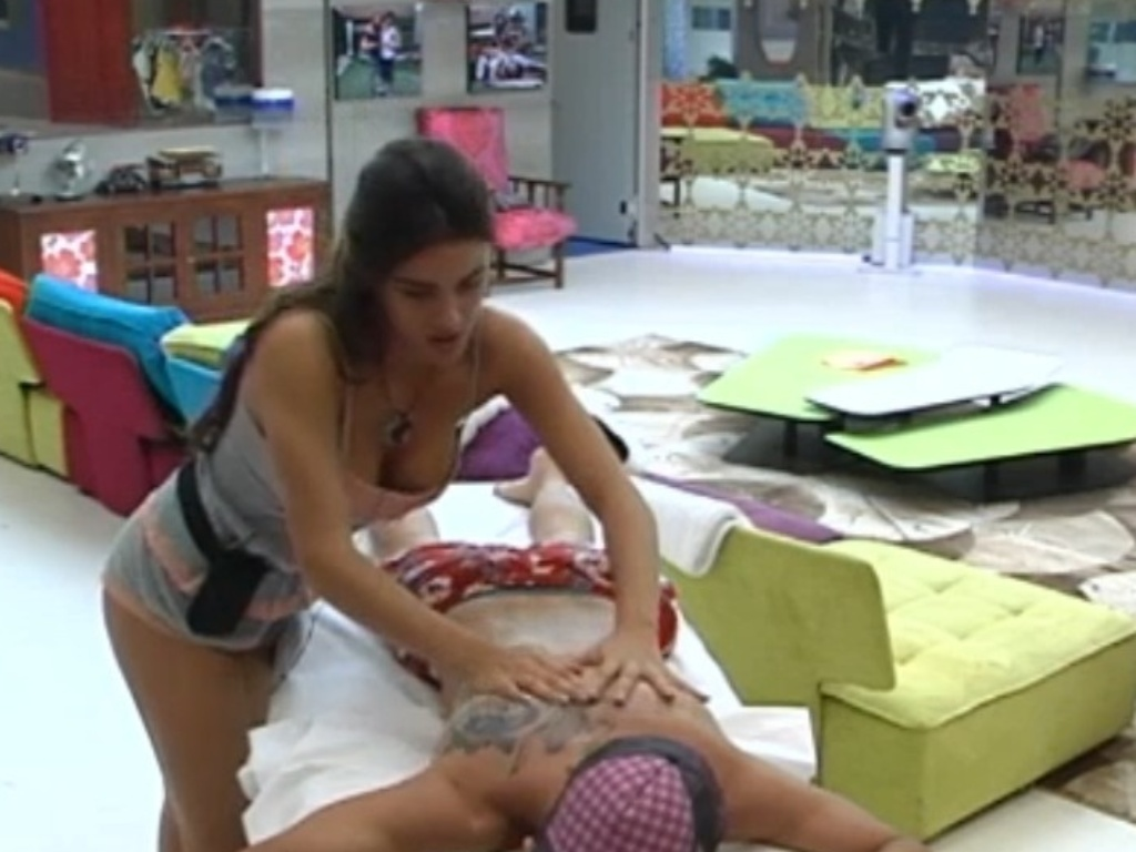 Laisa faz massagem em brothers no
