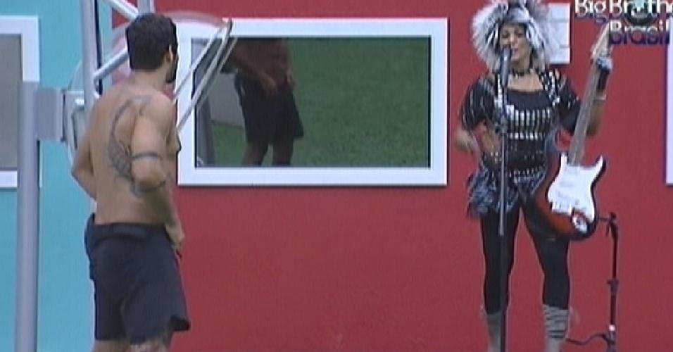 Yuri observa Fabiana cantar no estilo rock durante castigo do monstro (10/3/12)