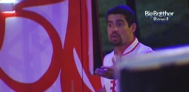 Após ser atingido por um chinelo jogado por João Carvalho, Yuri reclama que não gostou da brincadeira (11/3/12)