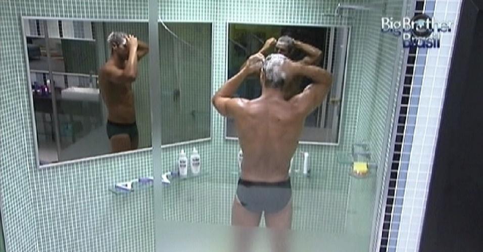 Depois da festa, Jonas toma banho antes de ir domir (11/3/12)