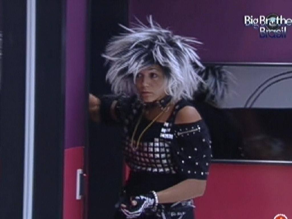 Fabiana bate na porta do quarto da líder (11/3/12)
