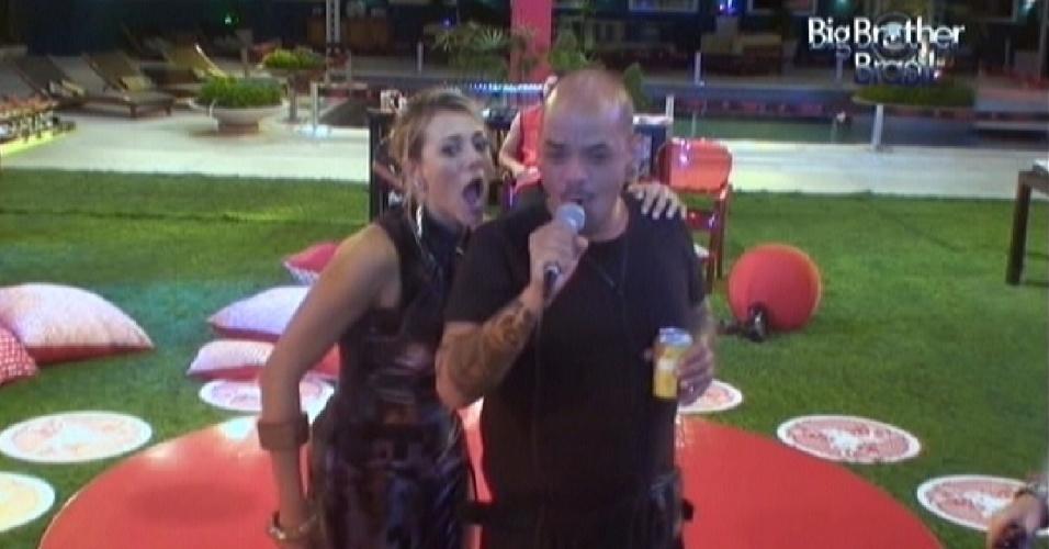 Fabiana e João Carvalho cantam no karaokê (11/3/12)