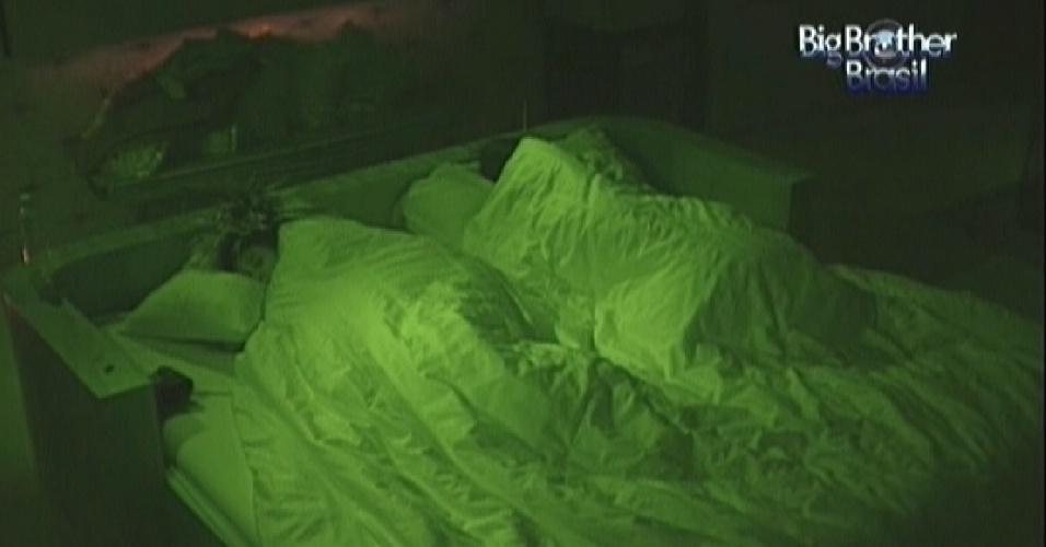 Fabiana (esq.) e Kelly (dir.) dorme no quarto do líder após festa (11/3/12)