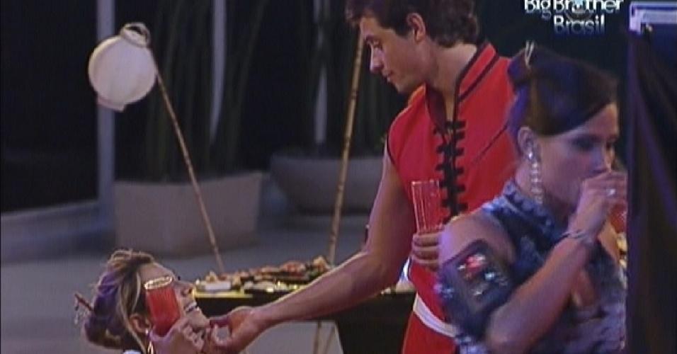 Fael faz carinho em Fabiana durante festa (11/3/12)