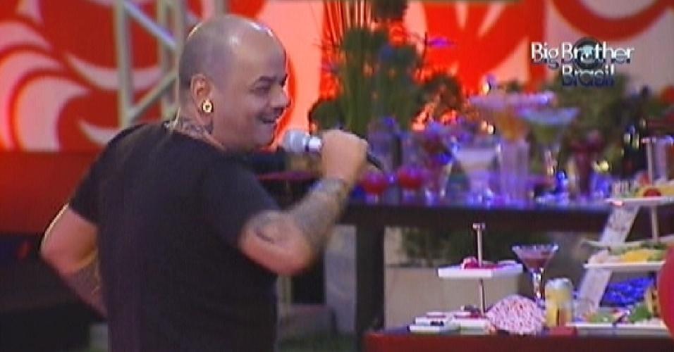 João Carvalho canta Tim Maia no karaokê e arranca risadas dos brothers que observam sua dança (11/3/12)