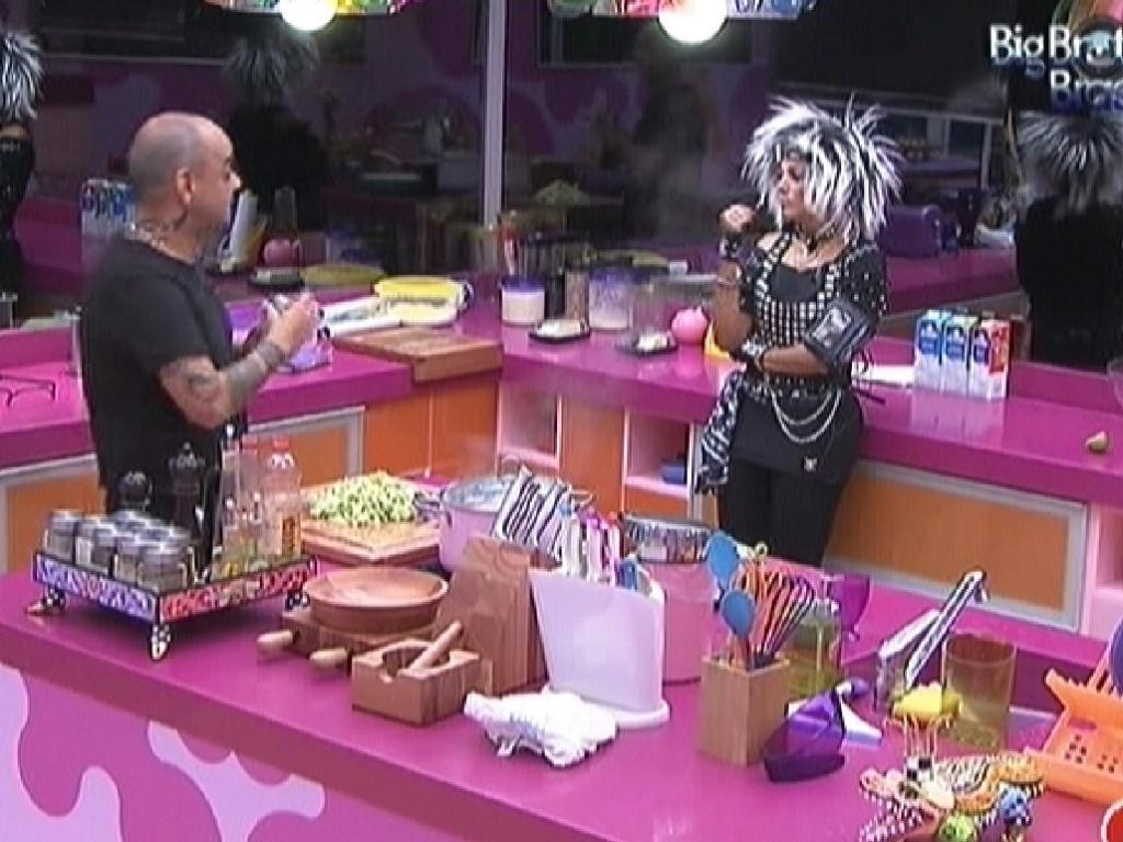 João Carvalho e Fabiana conversam na cozinha (11/3/12)