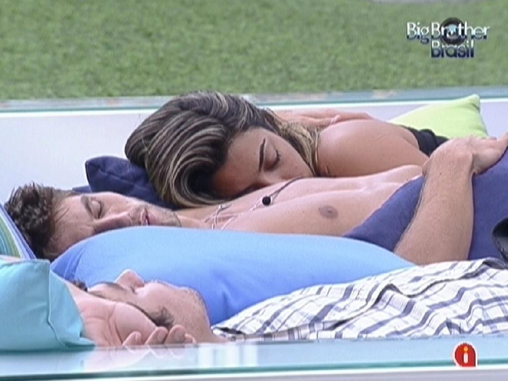 Jonas e Monique dormem abraçados no futon (11/3/12)