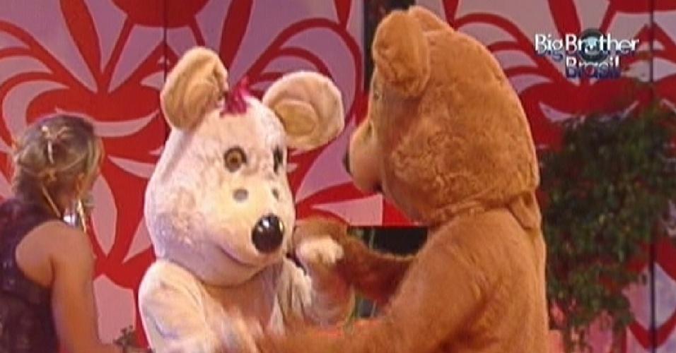Ursos chegam na festa para dançar com os brothers (11/3/12)