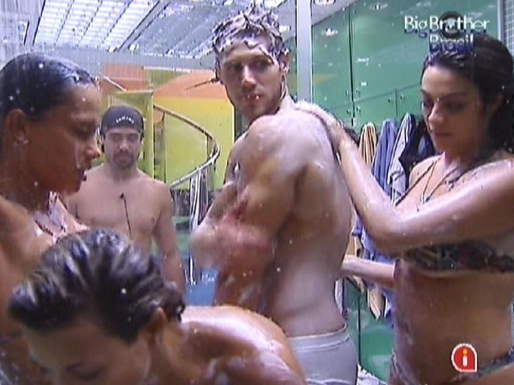 Durante banho coletivo, Monique (esq.) ajuda Jonas (centro) a se ensaboar (12/3/12)