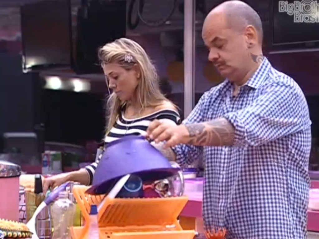 Fabiana e João Carvalho conversam na cozinha (12/3/11)