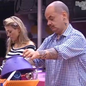 Fabiana e João Carvalho conversam na cozinha (11/3/11)