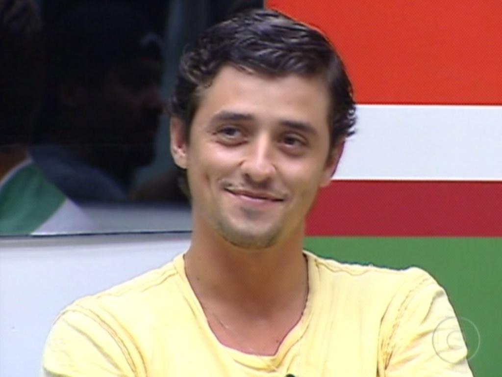 Fael dá um sorrisinho após Bial parabenizá-lo por ter sido escolhido por Fabiana e Jonas para ir à final (12/3/12)