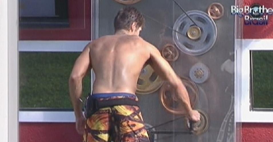 Jonas gira manivela para garantir água quente no chuveiro (12/3/12)
