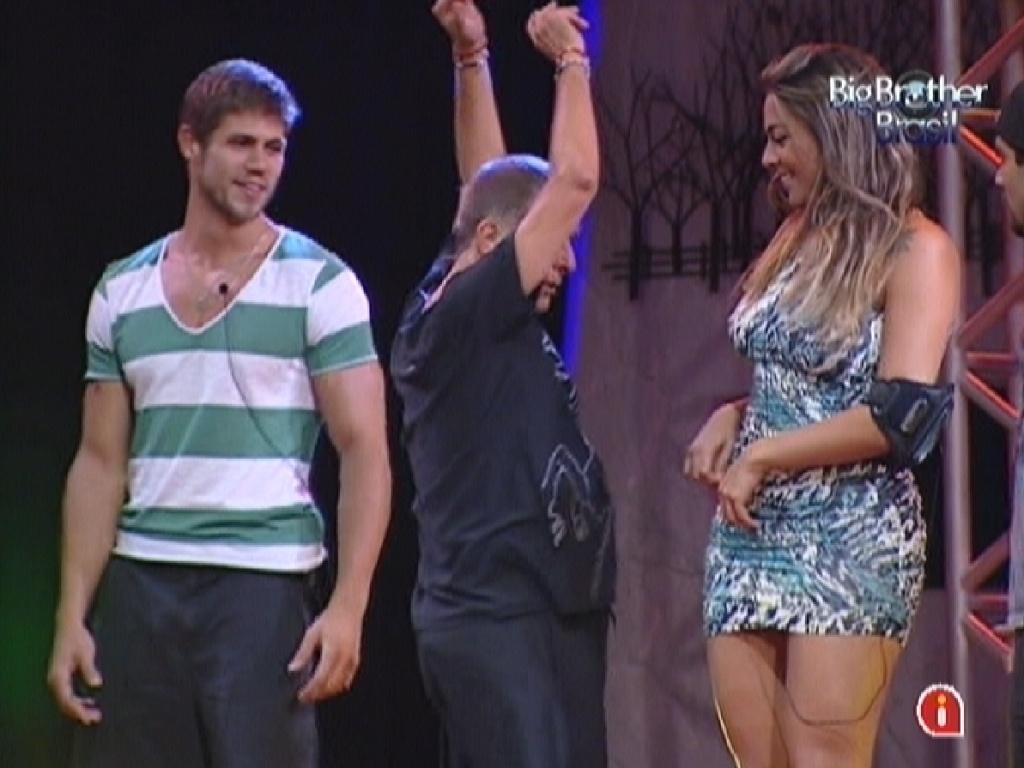 Jorge Fernando (ao centro) ensina brothers a dançar (12/3/12)