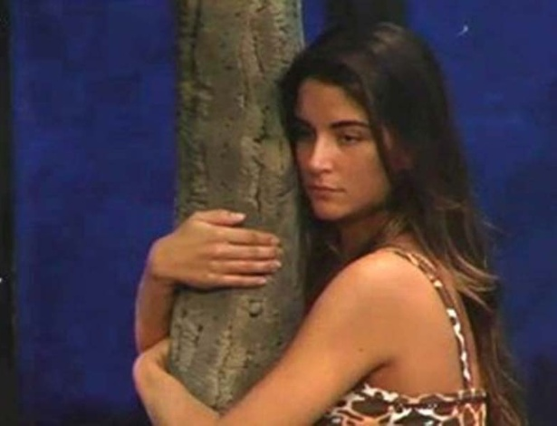 "Laisa abraça árvore durante ritual no ""Gran Hermano"" (12/3/12)"