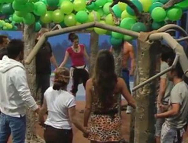 "Laisa participa de ritual pelas árvores durante semana brasileira no ""Gran Hermano"" (12/3/12)"