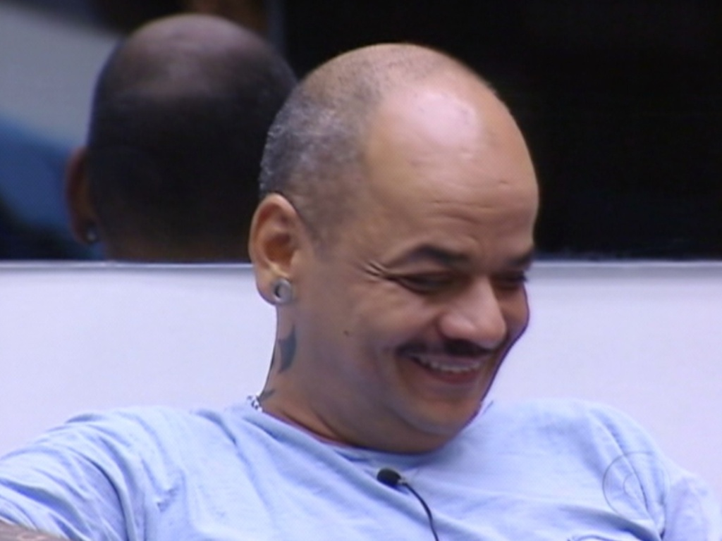 No dia de jogo da verdade, João Carvalho ri após Bial perguntar o que o incomodava em Yuri (12/3/12)
