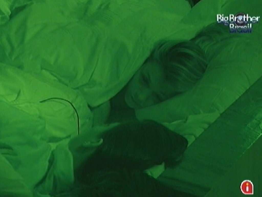 Fabiana e Kelly conversam no quarto do líder antes de dormir (12/3/12)