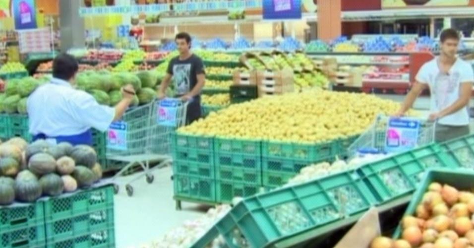 Fael e Jonas fizeram as compras da semana em um mercado fora do confinamento (12/3/12)