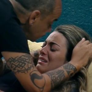 João Carvalho consola Monique que chora por paredão entre Yuri e João Carvalho (13/3/12)
