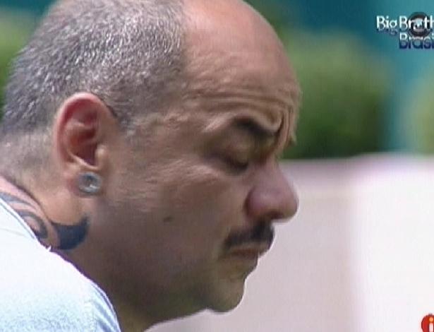 João Carvalho conversa sobre paredão na área externa (13/3/12)