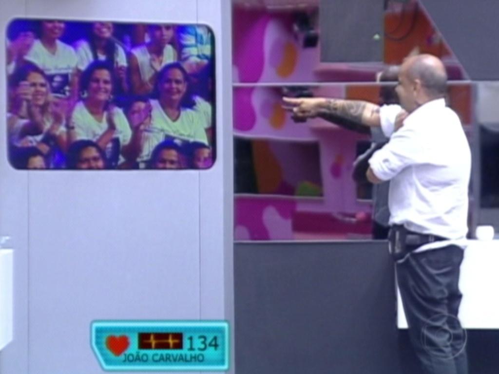 João Carvalho identifica os familiares em meio a sua torcida (13/3/12)