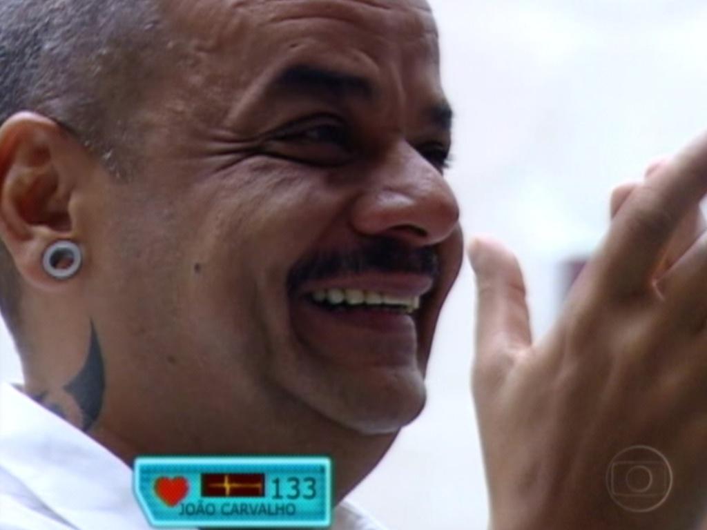 João Carvalho se emociona ao ver mensagem de sua família (13/3/12)